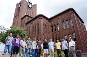 ↑研究室のメンバーと安田講堂前にて。国枝先輩は写真の一番右。