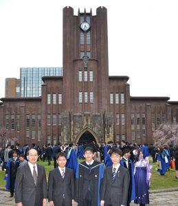 ↑博士と修士の学位授与式のあと、安田講堂前で記念撮影