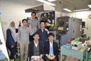 ↑研究室の実験装置(ワイヤ放電加工機)