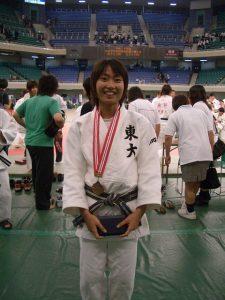 ↑大学 4 年時、東京学生柔道優勝大会で 3 位入賞。 全日本学生柔道優勝大会および講道館杯に出場。